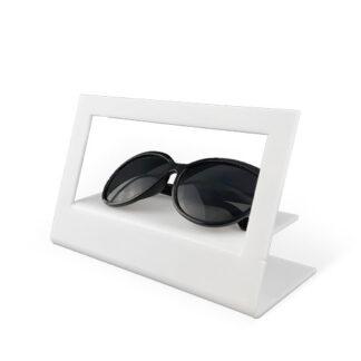 jak ciekawie zaaranżować wystawę sklepową półka na okulary