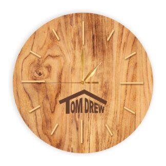 drewniany zegar ścienny z logotypem