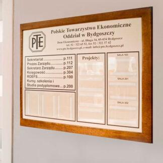 Tablica w drewnianej ramie ogloszenia informacje