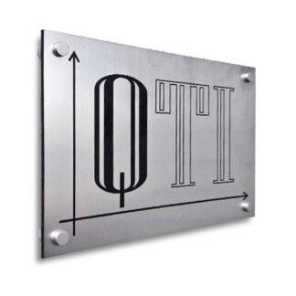 srebrna tabliczka z czarnym nadrukiem
