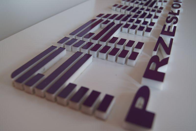 literki z trwałej plexi