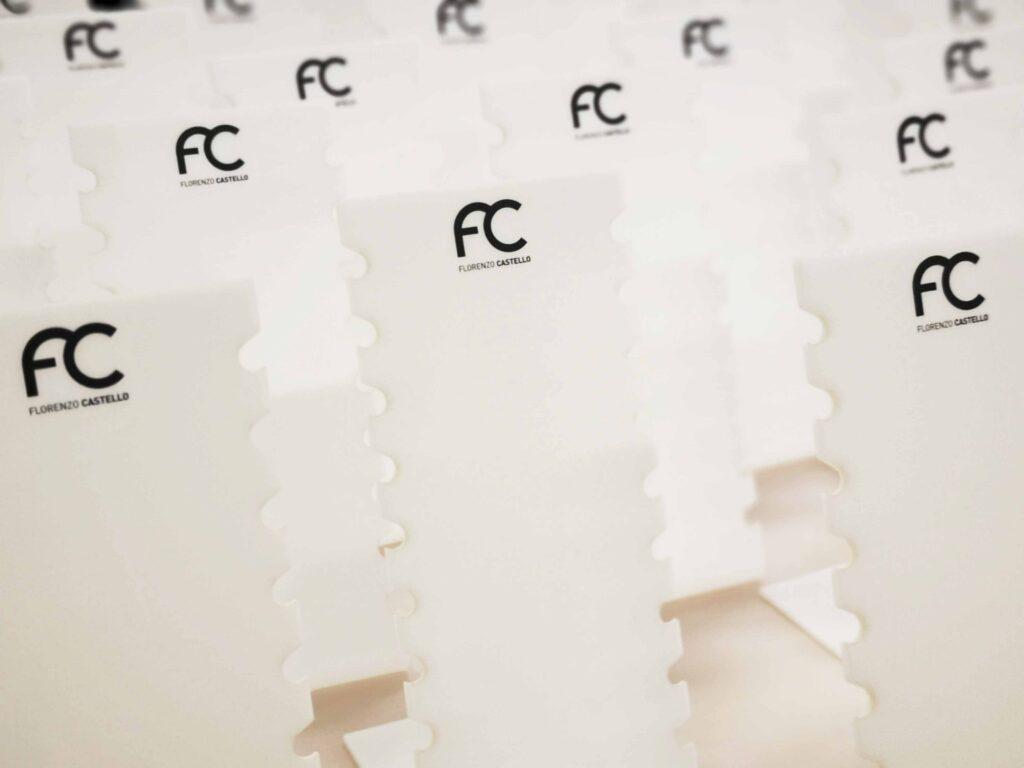 białe stojaczki z plexi