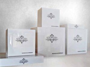 białe pudełko z plexi