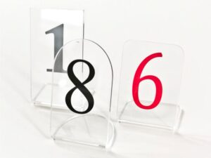 oznaczenie stołów numerami z plexi